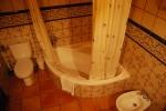 Cuarto de baño de la planta baja con bañera
